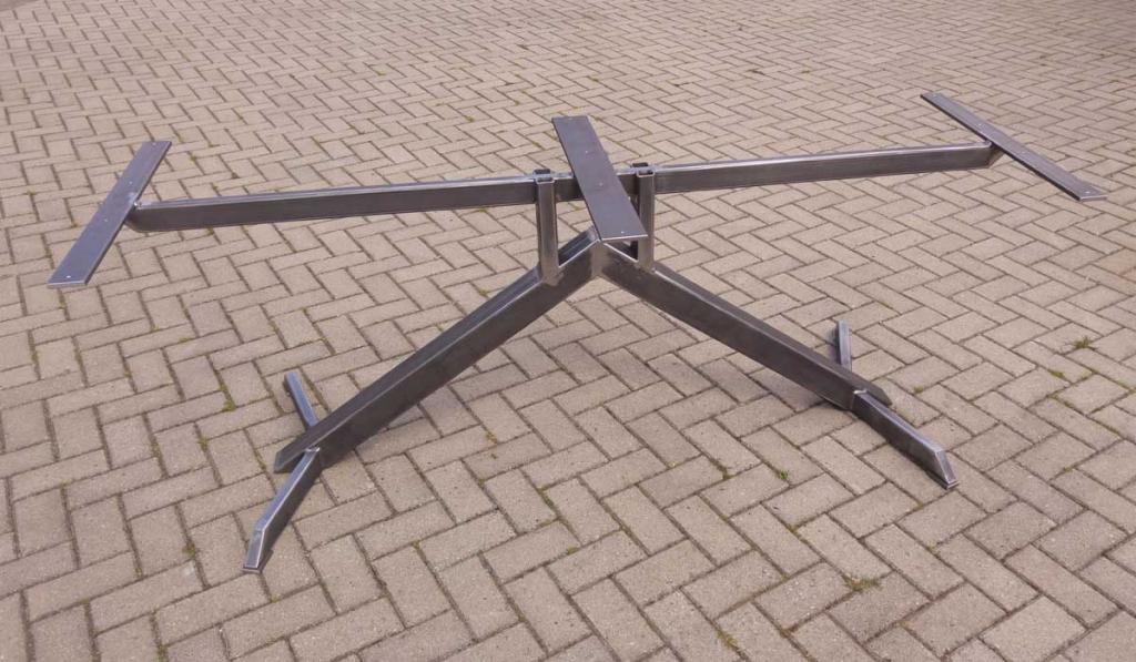 tafel frame V vormig van kokerstaal en plat ijzer voor een rechthoekig blad