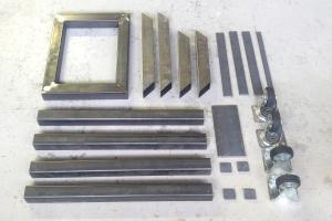 stalen onderdelen van het frame voor een beeldhouwbok met wielen