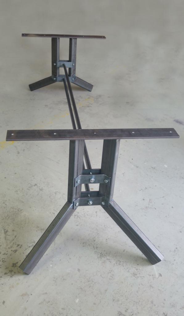 Stevig tafel frame van koker platstaal en buis voor een tafel die een zwaar eiken blad krijgt